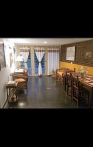 Sala de estar amplia sin escalones con puertas de ingresos amplias. (Portones)