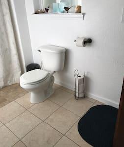 변기 주변의 추가 공간