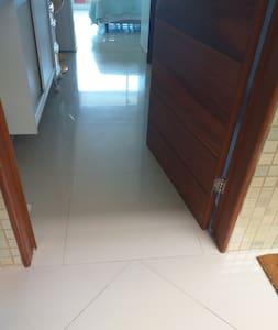 Porta de entrada do Flat larga e piso plano sem degraus com excelente acessibilidade para cadeirantes e idosos.