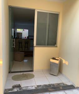 Porta de entrada com 90 cm de largura.