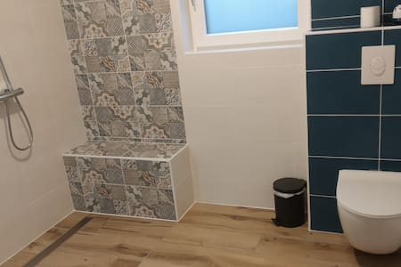 Step-free shower