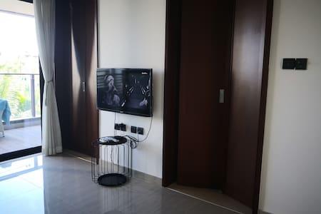 宽敞的卧室门