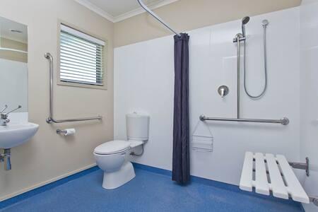 ידיות אחיזה מקובעות בשירותים