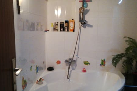 Im Bad sowie Dusche ist viel Platz.