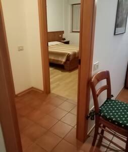 la porta d'ingresso alla camera è larga cm. 80