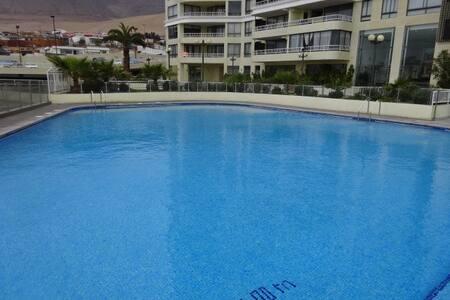 Como se puede apreciar parcialmente, en cada sector de la piscina existen escaleras de acceso a ella.