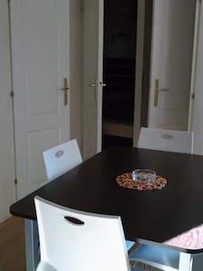 portes pour accéder aux chambres et à la salle d'eau