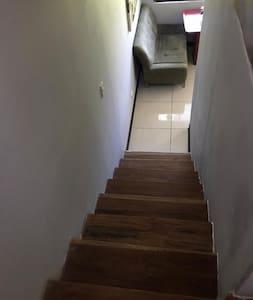 Subir Escalera para ir al segundo piso del cuarto