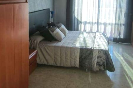 Amplio espacio alrededor de la cama.