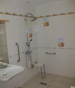 Trwale zamocowane poręcze pod prysznicem
