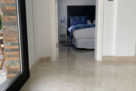 No escaleras ni escalones para entrar a la habitación, pero el ancho de la puerta es de 70 cm