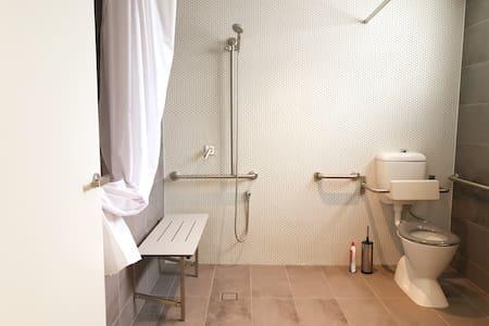 Extra prostor kolem toalety