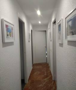 pasillo de acceso a los tres habitaciones y un cuarto de baño