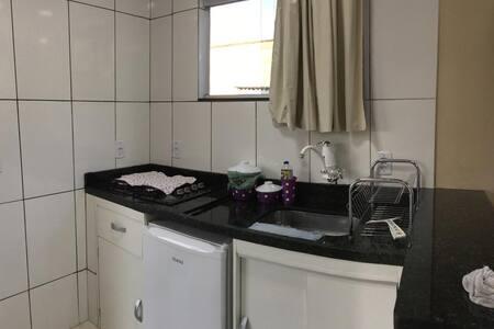 Fogão, frigobar , utensílios para cozinhar .