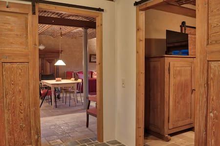 Het appartement heeft schuifdeuren. Alle doorgangen zijn 90 cm breed.