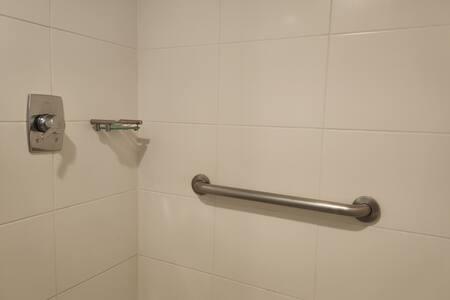 Pevná držadla ve sprše