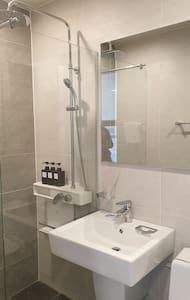 Hapësirë shtesë rreth dushit