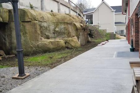 На входе нет ступеней или порога