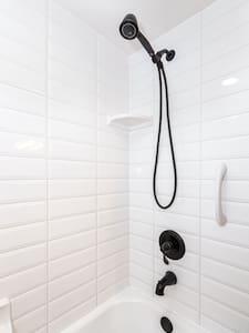 Fest montierte Haltestangen in der Dusche