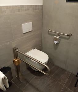 Pevná držadla na toaletě