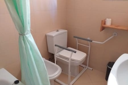 Trwale zamocowane poręcze w toalecie