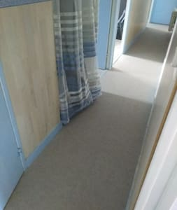 Couloir déservant la salle de bain et les deux chambres aucune marche