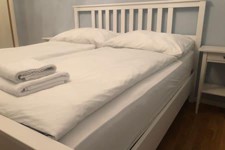 Extra viel Platz rund ums Bett