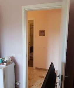 ingresso camera vista dall'interno e bagno fronte camera