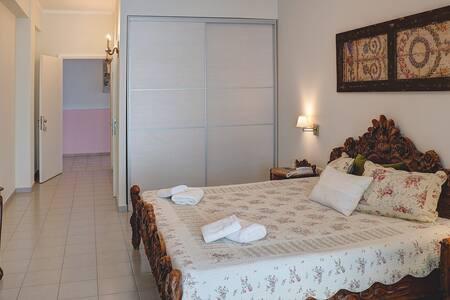 Juniorsuite mit Doppelbett, alle Zimmer verfügen über einen barrierefreien Zugang