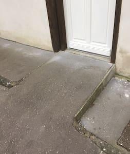 Il y a un petit plan incliné pour accéder au logement.