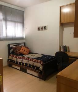 Este quarto é bem amplo e indicado para acessibilidade. Portas de correr. Dormem duas pessoas.
