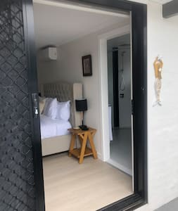 Wide doorway into room. One step to get into room