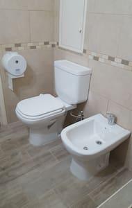 Toilet b'għoli aċċessibbli