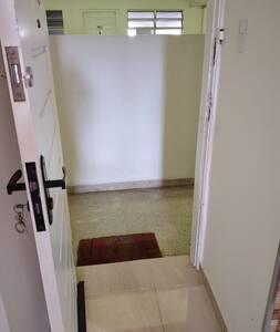 Entrada para o Apartamento,  possui largura adequada de 81 centímetros e é bem iluminada !!!!