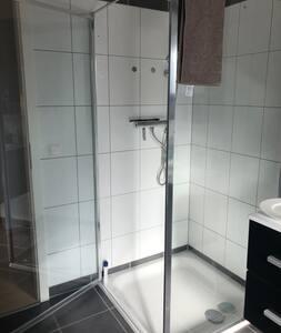 Dusche  mit offener Tür -