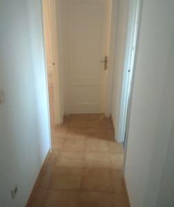 El pasillo mide 86 cm de ancho.