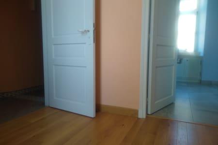 Accès de plein pied entre la salle de bain, la chambre et les pièces du rez-de-chaussée
