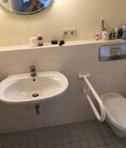 قضبان ثابتة للإمساك بها بجانب المرحاض
