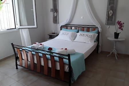 Volný prostor navíc kolem postele