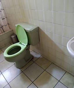 Amplio espacio entre el inodoro, ducha y lavoratorio.