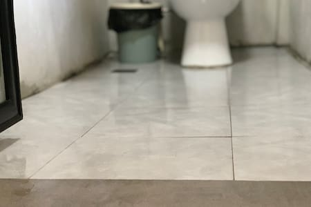 浴室间地面平整无台阶
