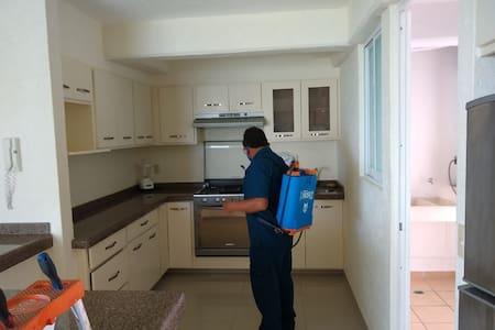 la cocina es un espacio abierto que se conjunta con la sala y el comedor. Tiene un espacio amplio para entrar entre la barra y el refrigerador.