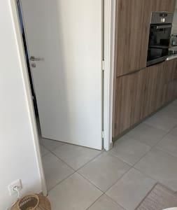 Porte de la chambre et appartement aux normes PMR