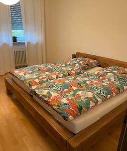 Schlafzimmer 1 ist mit Rollstuhl befahrbar
