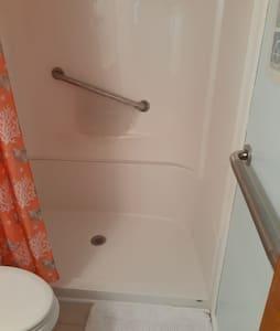 淋浴間配備固定安全扶手