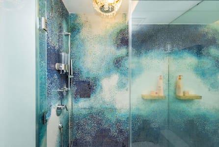 Ruang tambahan sekitar pancuran mandi
