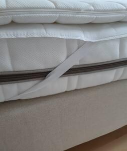 Hauteur des pieds du lit 22 cm Hauteur du sommier 21 cm Hauteur du matelas 15 cl Hauteur du surmatelas 2 cm soit une hauteur de lit totale de 60cm