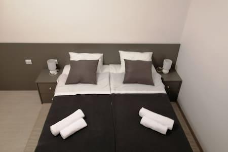 Krevet je udoban i prostran, podnica kreveta je latofleks anatomska a madrac je jako udoban, napravljen iz memorijske pjene sa kokosovim jezgrom.