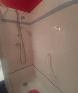Barras de seguridad fijas en pared de la ducha