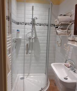 la salle de bain  est de plein  pied